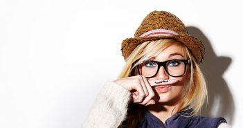 Femme avec une fausse moustache