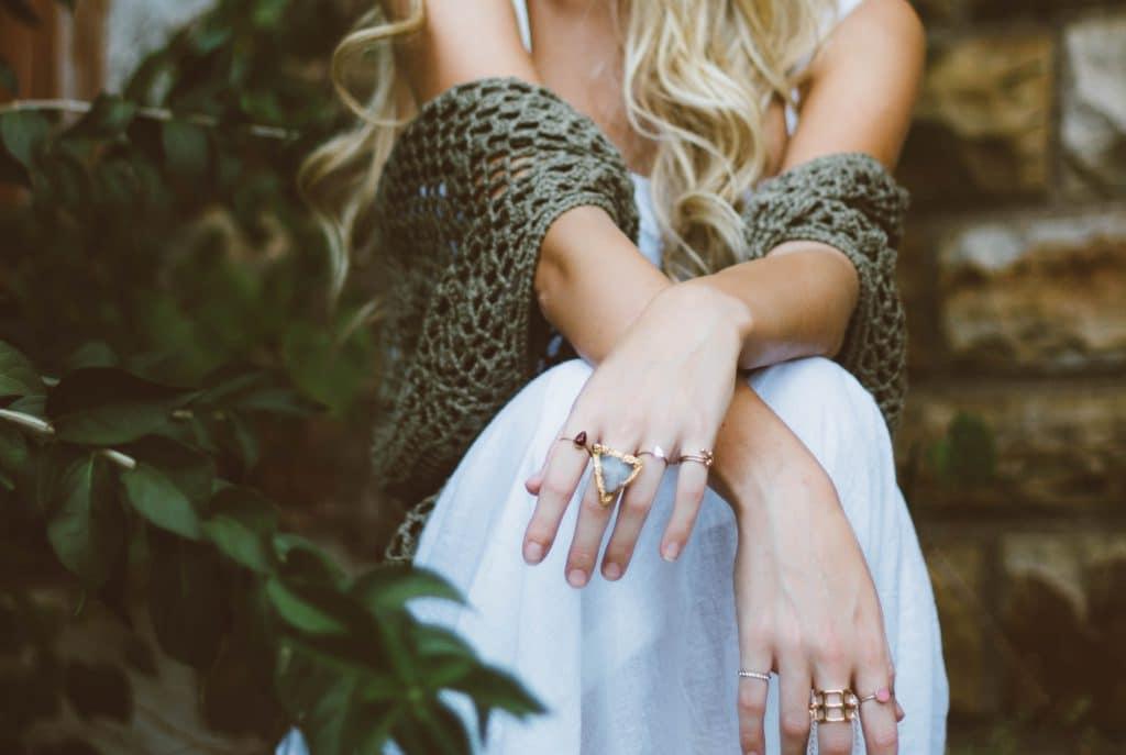 Une femme qui porte des bagues avec des pierres