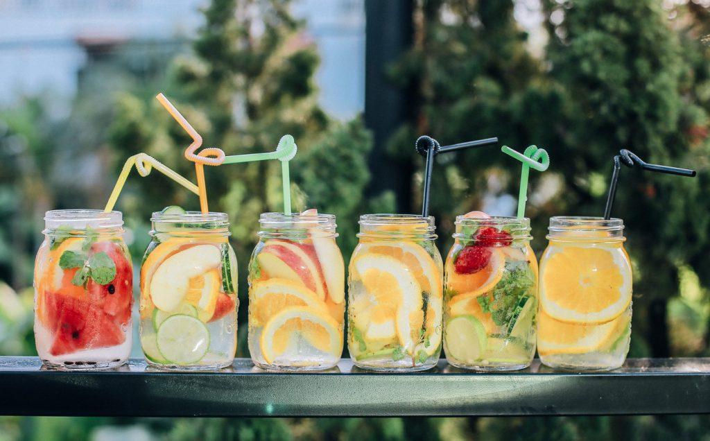 Bocaux d'eau avec des fruits frais pour s'hydrater avec gourmandise